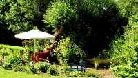 Garten mit verschiedenen Sitzecken