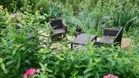 Großer Garten mit verschiedenen Sitzecken