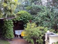 Abstellmöglichkeit für Fahrräder und Sitzecke im Garten