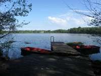 Steg und Ruderboot am Ulrichshusener See
